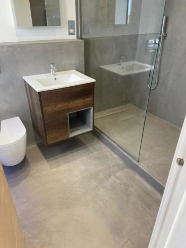 Bathroom -  Microcement DECK, installed by TROWEL MASTER BUILD & DESIGN LTD,  www.trowelmaster.co.uk.
